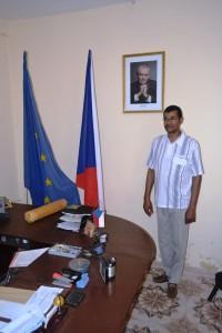 V kanceláři pana Kaného nechybí vlajky ČR a EU ani portrét prezidenta. Foto: Africký informační portál.