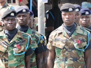 Vlčí mák na hrudi vojáků je symbolem Dne veteránů. Kumasi, Ghana. Foto Jakub Horák