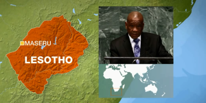Premiér Thomas Thabane a mapa Lesotha. Zdroj: youtube.com