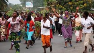 Burunďané oslavující armádní pokus o puč. Zdroj: youtube.com