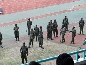 Vojáci dohlížející na bezpečnost během kvalifikačního zápasu na mistrovství světa ve fotbale Keňa-Mauricius