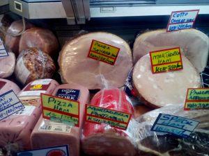 Pražská šunka na pultu nairobského supermarketu