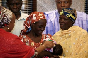 Amina Ali Darsha Nkeki, a Nigerian schoolgirl rescued after over two years of captivity with Boko Haram militants, carries her child during her visit to meet President Muhammadu Buhari in Abuja, Nigeria May 19, 2016. REUTERS/Afolabi Sotunde