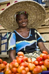 Prodavačka rajčat v Accře. Zdroj: Wikimedia commons